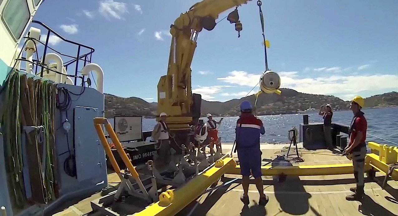 Die Meeresdrohne wird ins Wasser gelassen: Sie kann auch da noch vordringen, wo U-Boote passen müssten.