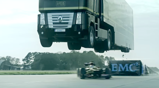 """In der Flugphase riss der Fahrer des Formel-1-Wagen, Martin Ivanon, das Steuer rum und fuhr unter dem Lkw hindurch. """"Es war beängstigend"""", kommentierte der Hollywood-Stuntman das Manöver."""