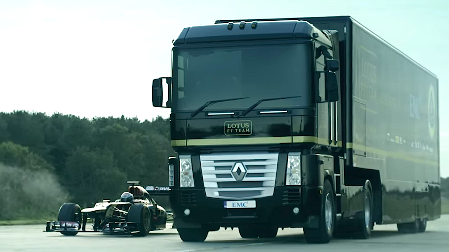 Lkw und Formel-1-Wagen rasten mit 112 km/h auf die Rampe zu. Am Steuer des Lkw saß Hollywood-Stuntfahrer Mike Ryan – bekannt aus der Filmreihe The Fast and the Furious.