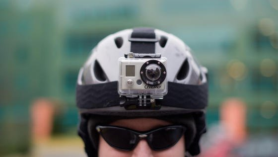 Eine am Skihelm befestigte GoPro-Kamera: Künftig will der Kamera-Hersteller auch ins Drohne-geschäft einsteigen und Ende 2015 einen eigenen Multirotoren-Helikopter mit Kamera auf den Markt bringen.