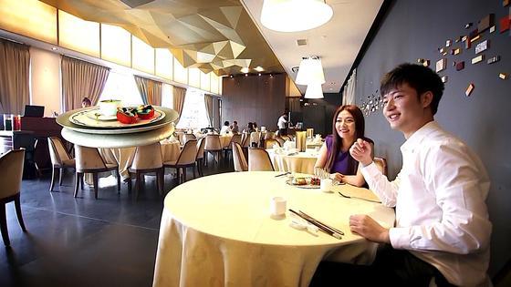 Da kommt das Essen auch schon angeflogen: Die Drohne bleibt in Schwebeposition vor dem Tisch stehen, der Gast kann sein Essen in Ruhe auf den Tisch stellen.