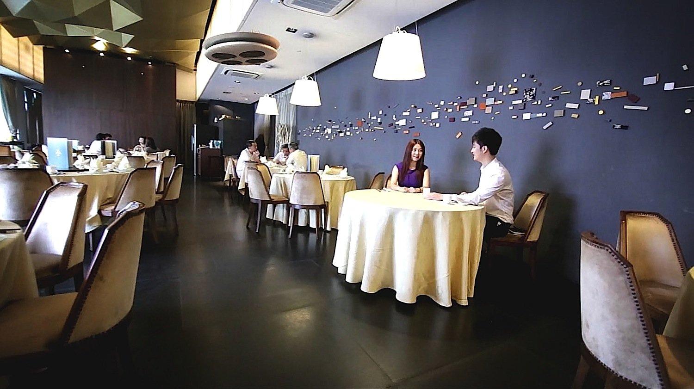 Eine Restaurantkette in Singapur bezahlt für die Drohnen-Kellner angeblich einen siebenstelligen Betrag. Das soll sich im Laufe der Zeit jedoch bezahlt machen.