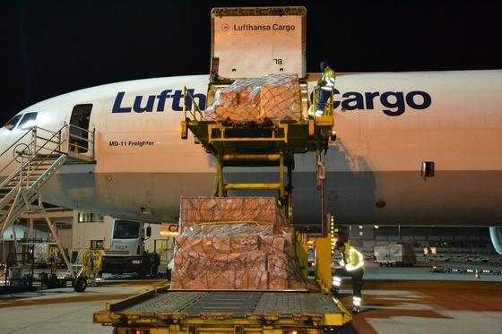 Nächtliche Frachtverladung der Lufthansa Cargo: Die Deutsche Bahn hat jetzt die Lufthansa auf Schadensersatz in Milliarden-Höhe verklagt. Das Unternehmen hatte Frachttarife mit anderen Fluggesellschaften abgesprochen.