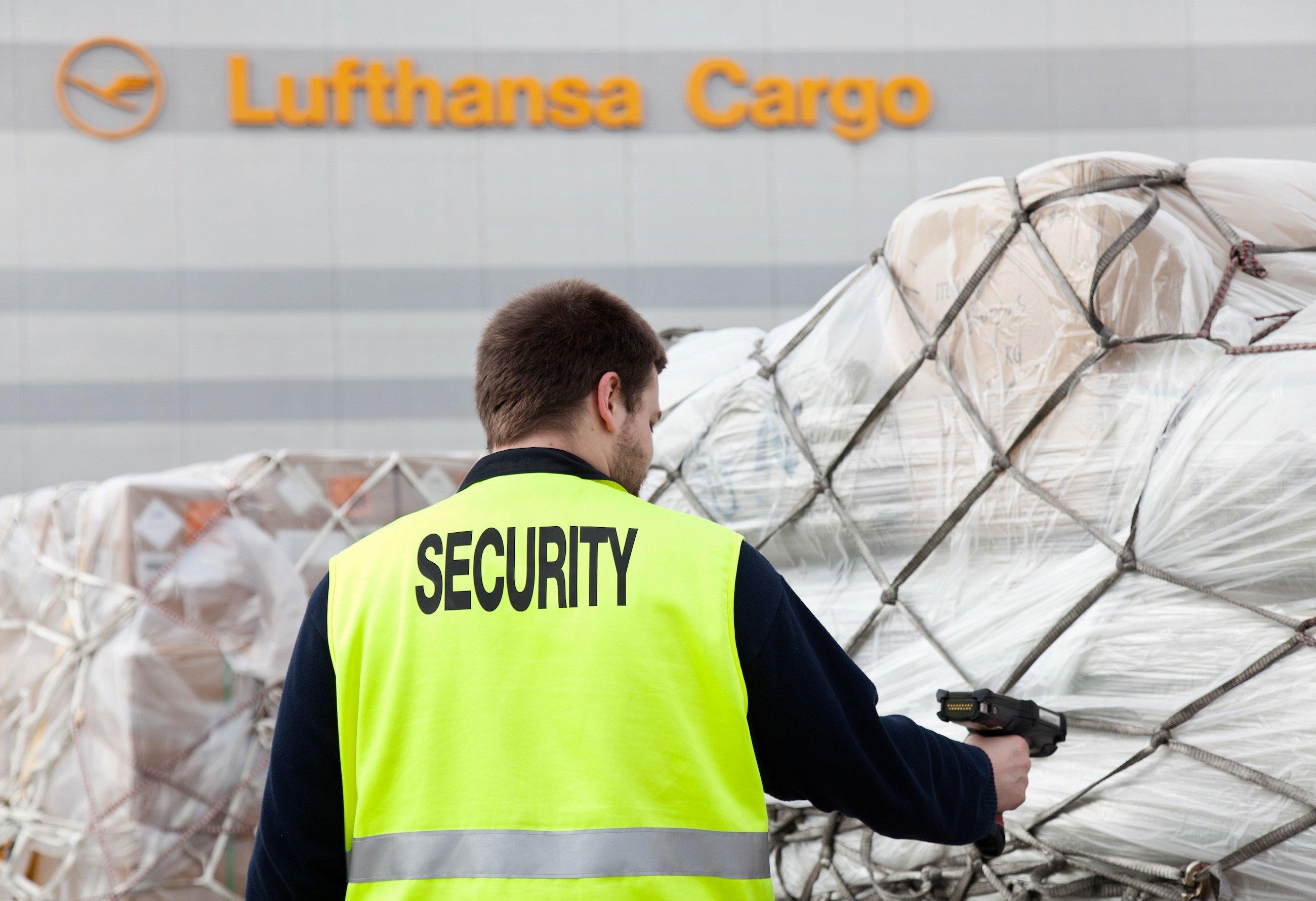 Ein Security-Mitarbeiter kontrolliert Fracht auf dem Vorfeld: Die Lufthansa soll auch für Sicherheitskontrollen überhöhte Tarife von der DB-Frachttochter Schenker kassiert haben.