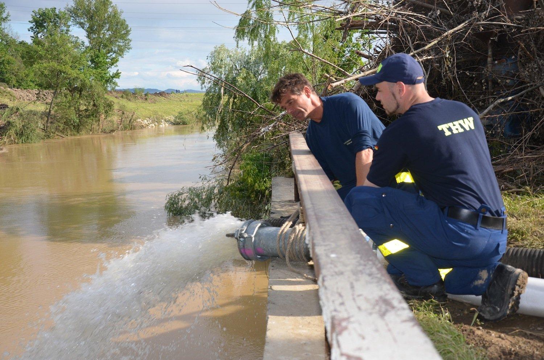 Katastrophenhilfe in Serbien:Die Großpumpe Hannibal ist so leistungsfähig, dass zwei Rohre mit einem Durchmesser von jeweils 15 Zentimetern die Wassermassen fortschaffen müssen.