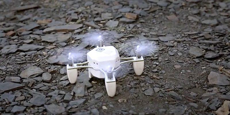 Mini-Drohne Zano auf steinigem Untergrund