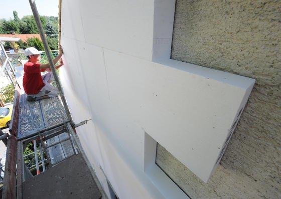 Häuser in ganz Deutschland erhalten Wärmedämmung, um die Wärmedämmvorschriften der Bundesregierung einzuhalten. In 80 Prozent der Fälle kommt das günstige und feuergefährliche Polystyrol zum Einsatz.