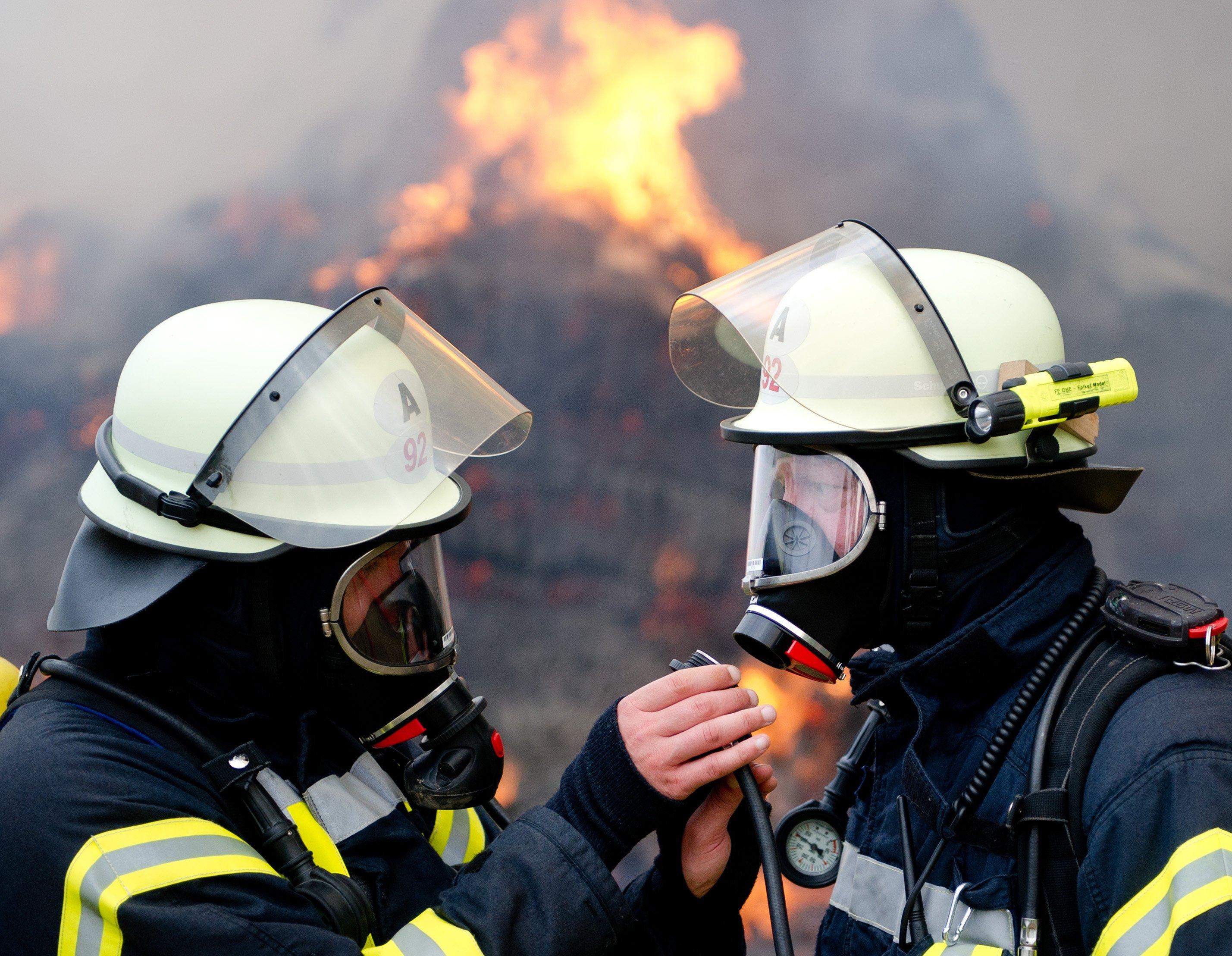 Im Brandfall ist eine Rettung über die Fenster nicht mehr möglich: Das Polystyrol schmilzt bei Hitze und tropft an den Fenstern vorbei. Ist gleichzeitig das Treppenhaus verraucht, verwandelt sich das Haus in eine Todesfalle.