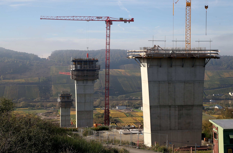 Bau der zehn Brückenpfeiler der Hochmoselbrücke, die 2018 eröffnet werden soll. Der renommierter Ingenieurgeologe Prof. Azzam von der RWTH Aachen hält die Brücke für nicht standfest. Die Steilhänge gelten als stark rutschgefährdet.