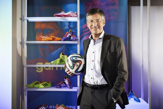 Adidas-Chef Herbert Hainer mit dem WM-Ball Brazuca: Jetzt hat Greenpeace festgestellt, dass viele Sportartikel zur Fußball-WM mit giftigen Chemikalien belastet sind. Dazu gehört auch der offizielle Spielball der WM, der Brazuca.