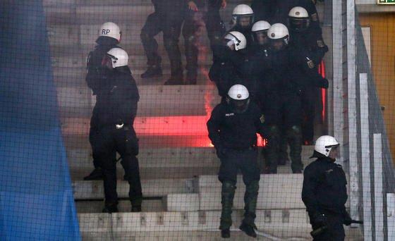 Kugelsichere Westen für die Polizei könnten künftig möglicherweise aus ultraleichtem Graphen hergestellt werden.