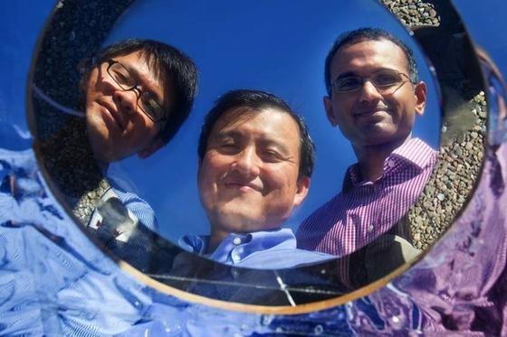 Doktorand Linxiao Zhu, Professor Shanhui Fan und sein Kollege Aaswath Raman sind Mitglieder des Teams, das die nergiesparende Hightech-Beschichtung entwickelt hat.
