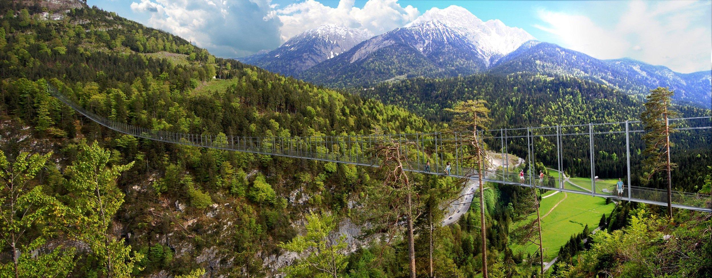 Die 406 Meter lange Hängeseilbrücke von Reutte vor dem Alpenpanorama: Darunter schlängelt sich im Hang der Fernpass durch.