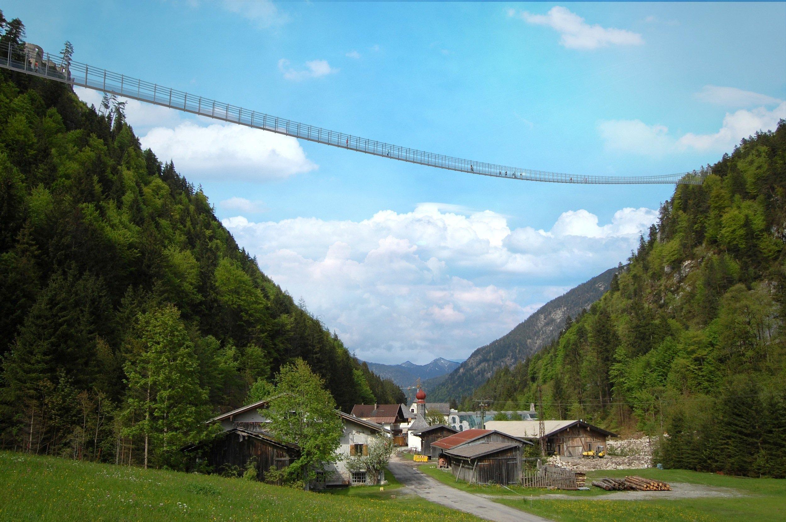 Bis zu 114 Meter hoch über dem Talgrund spannt sich die neue Hängeseilbrücke von Reutte in Tirol.