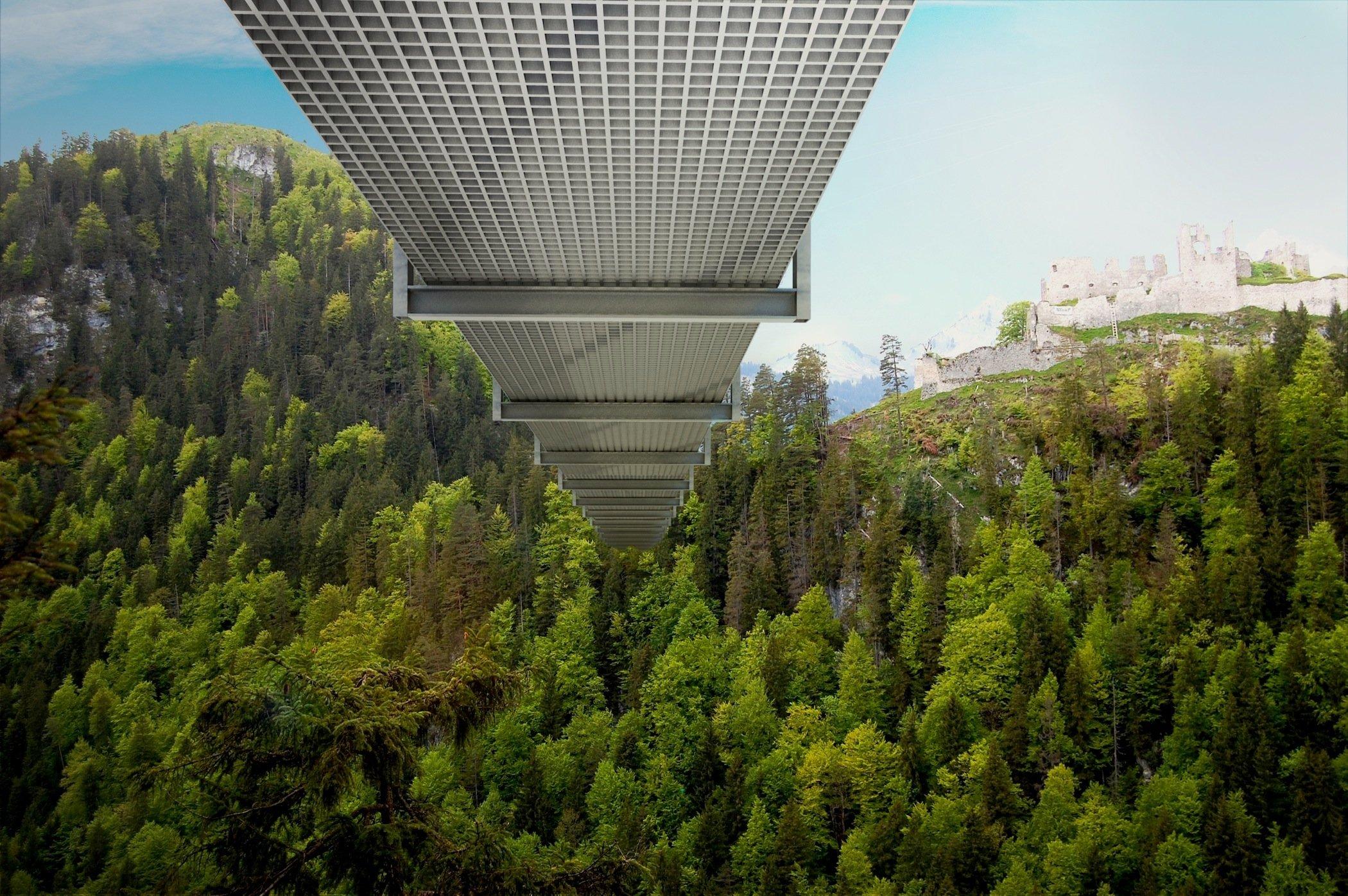 Nichts für Hasenfüße: Der Boden der Hängeseilbrücke von Reutte besteht nur aus Gitterrosten, die den Blick ins Tal erlauben. Und der Talgrund ist mit 114 Metern ein ganzes Stück entfernt.