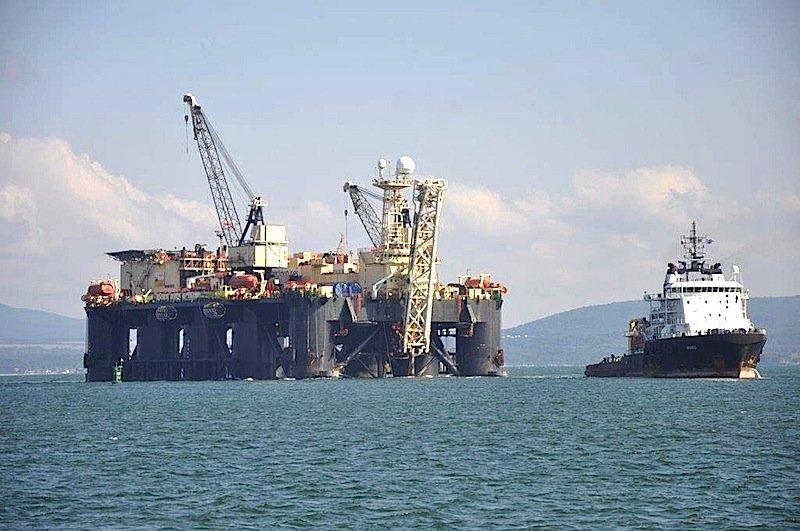 Plattform im Hafen Burgas:Die Erdgasleitung sollte von Russland durch das Schwarze Meer zur bulgarischen Küste führen. Hier fürchtet Russlands Präsident Wladimir Putin wegen ausbleibender Genehmigung steckenzubleiben.