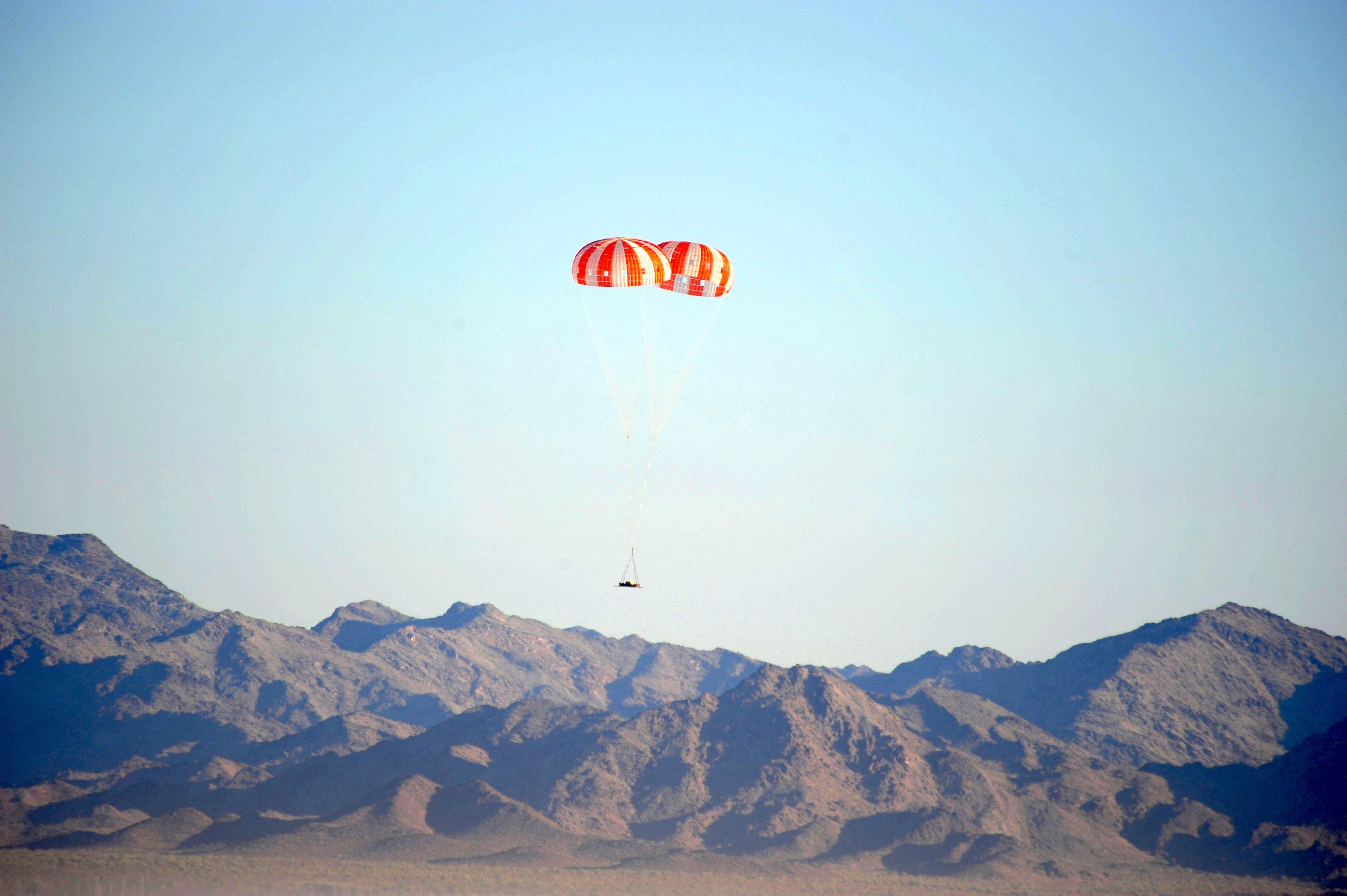 Landetest 2010 in Yuma in Arizona: Die Orion-Kapsel soll ähnlich wie die früheren Apollo-Kapseln von Fallschirmen gebremst im Meer landen. Diese Woche wird die Orion-Kapsel ihren Härtetest bestehen müssen.