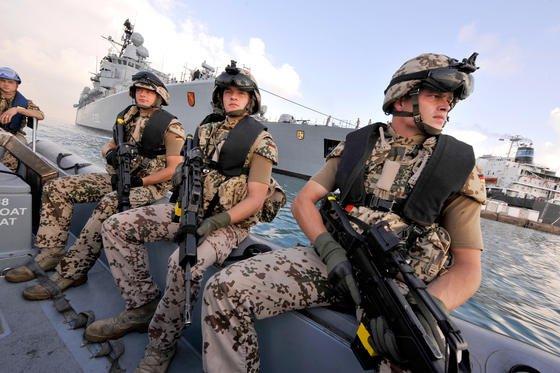 """Deutsche Marine-Soldaten eines Sicherungsteams der Fregatte """"Karlsruhe"""" in Dschibuti bei einem Einsatz gegen Piraten auf einem Schnellboot. Seit 2012 darf die Bundeswehr Piraten auch an Land verfolgen. Jetzt haben Fraunhofer-Forscher in Bonn eine neue Technik entwickelt, um sich nähernde Piraten auch nachts besser entdecken zu können."""