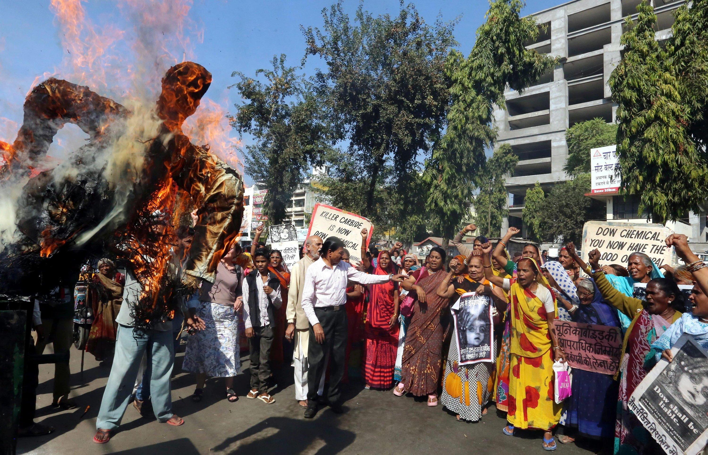 Das gehört zu jedem Jahrestag der Katastrophe: Bürger Bhopals verbrennen eine Puppe, die Warren Anderson darstellt. Der damalige Vorsitzende von Union Carbide hat sich nie vor einem indischen Gericht verantworten müssen. Er ist im September 2014 gestorben.