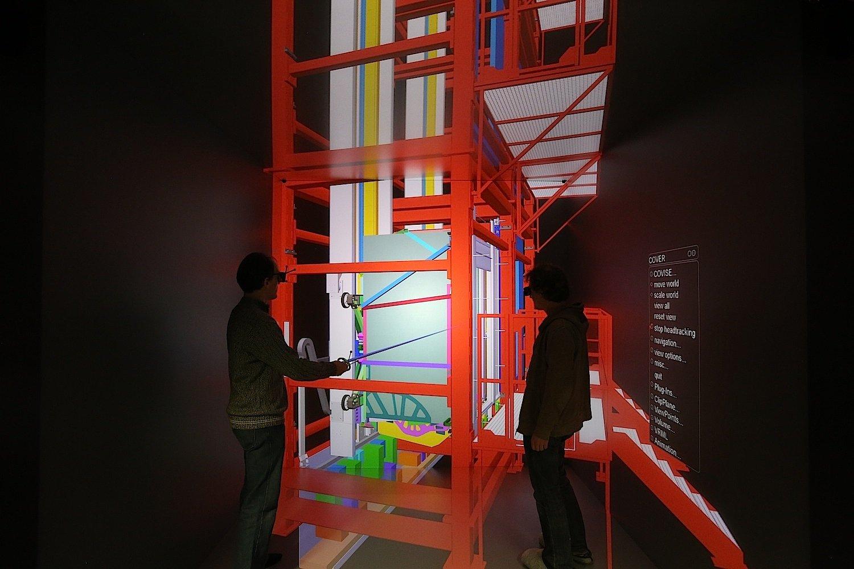 Ingenieure von ThyssenKrupp nutzen für die Forschung am kabellosen Aufzugsystem den 3D-Cave der Universität Stuttgart.