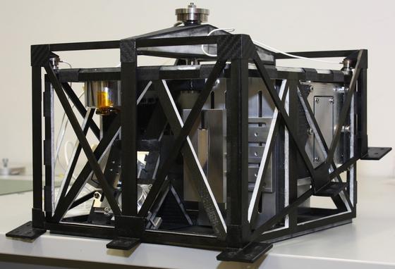 Mascot ist ein nur zehn Kilo schwerer Asteroidenlander, der federführend von DLR-Wissenschaftlern in Kooperation mit der franzöischen Raumfahrtagentur CNES und der japanischen Raumfahrtbehörde JAXA entwickelt wurde.