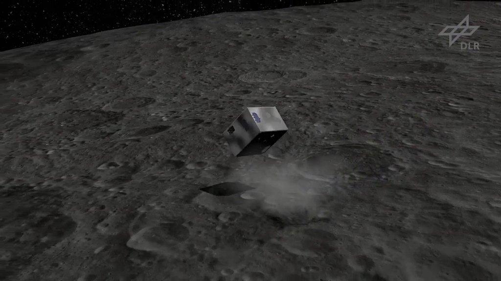 Mascot wird 2019 auf dem Asteroiden 1999 JU3 aufsetzen und mit vier Instrumenten Messungen durchführen. Mit einem Schwungarm im Innern kann ersich dabei hüpfend fortbewegen. Mascot fliegt an Bord der japanischen Hayabusa2-Sonde zu seinem Ziel.