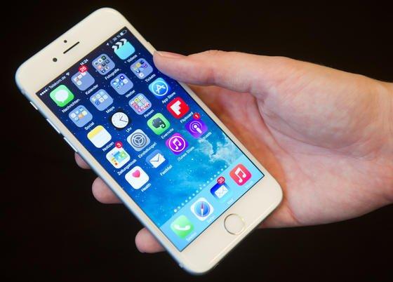Ärgerlich, wenn einem das neue iPhone 6 aus der Hand fällt und auf dem Boden kaputt geht. Das patentierte Sturzsystem soll mit beweglichen Gewichten oder Gasantrieb das Gerät während des Fall so ausrichten, dass es auf der weniger empfindlichen Kante landet.