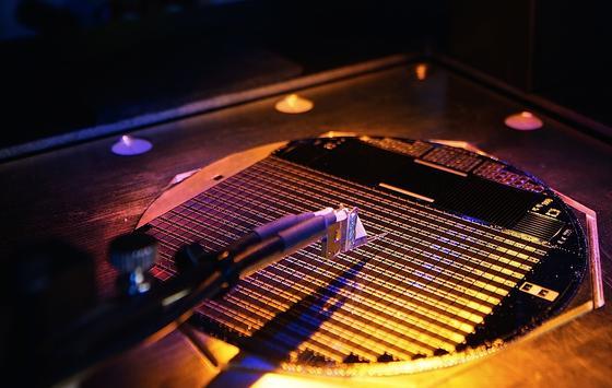 Die Weltrekordsolarzelle besteht aus rund 500 Konzentratorzellen. Sie wandeln 46 Prozent des einfallenden Sonnenlichts in elektrische Energie um.