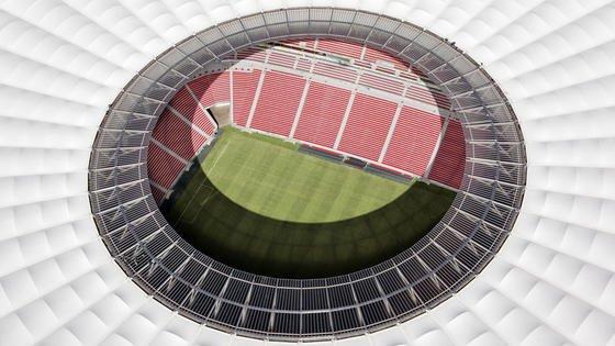 Dachkkonstruktion des Nationalstadions in Brasilia: Der Bayer-Konzern hat Dachplatten aus Makrolon entwickelt, die nicht nur besonders leicht sind, sondern auch so viel Licht durchlassen, dass der Rasen ohne künstliche Hilfsmittel wachsen kann.