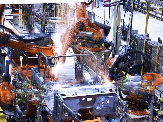 Kuka-Roboter sind in der Automobilindustrie gern gesehen: Sie übernehmen komplette Herstellungsprozesse – von der Karosserieherstellung, über die Lackierung bis hin zur Endmontage.