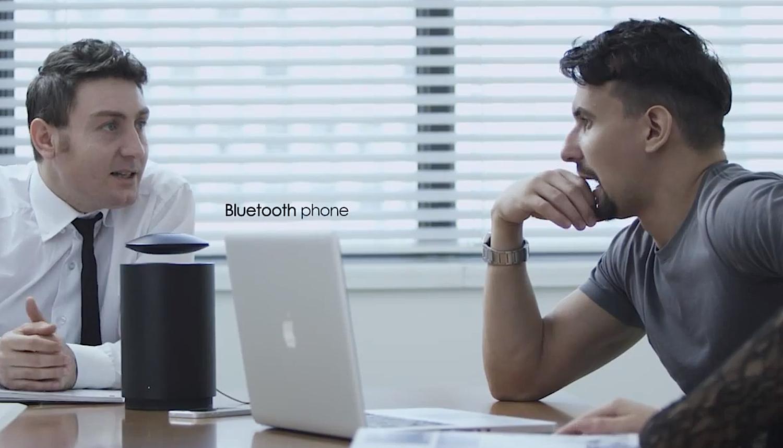 Für Konferenzen haben die Entwickler eine Freisprechfunktion in den Lautsprecher integriert. Zudem lässt sich das Smartphone über einen USB-Anschluss aufladen.