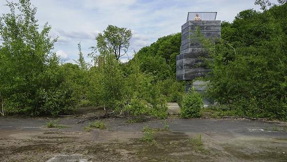 Die One Man Sauna auf einer Fabrikbrache in Bochum: Ein 7,5 Meter hoher Turm aus aufeinander gestapelten Betonfertigteilen, die eigentlich für den Bau von Schachtanlagen verwendet werden, beherbergt eine Sauna für eine Person. Unten gibt es ein Tauchbecken, in der Mitte die Sauna, ganz oben einen Ruheraum mit Himmelblick.