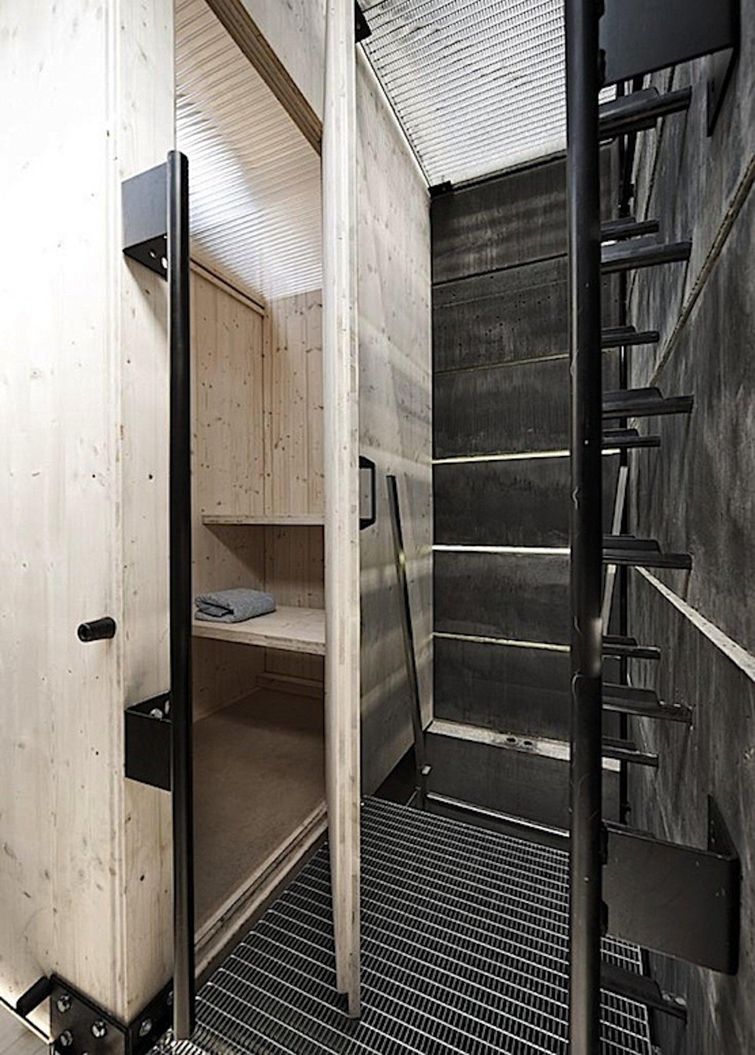 Eine Leiter führt in die erste Etage des Saunaturms. Dort befindet sich die Saunazelle.Die One-Man-Sauna konnte im Sommer 2014 auf dem ehemaligen Gelände von Krupp kostenlos für jeweils eine Stunde genutzt werden.