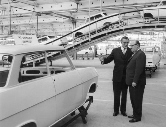 Der Opel-Vorstandsvorsitzende Nelson J. Stork (li.) und der nordrhein-westfälische Ministerpräsident Franz Meyers (CDU) besichtigten am 10. Oktober 1962 die Montagehalle des neuen Opel-Werks in Bochum. Das neue Automobilwerk der Adam Opel AG wurde an diesem Tag seiner Bestimmung übergeben. Die Anlagen, in denen täglich 1000 Wagen des neuen Modells Opel Kadett produziert werden sollen, wurden in einer Bauzeit von zweieinhalb Jahren und einem Kostenaufwand von über einer Milliarde Mark errichtet.