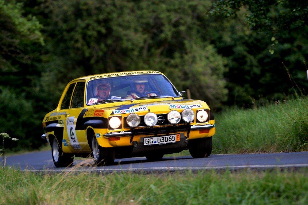 Kultauto Ascona: Schnelle Kurvenfahrt mit dem Röhrl/Berger Rallye-Europameisterschaftsauto von 1974 beim Eifel-Rallye-Festival 2013.