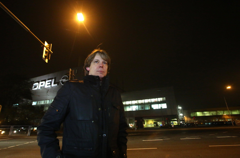 Günter Bärwolf vor Tor 4 auf dem Werksparkplatz. Der gelernte Elektroinstallateur hat 26 Jahre bei Opel in Bochum gearbeitet und muss sich nun einen neuen Arbeitsplatz suchen.