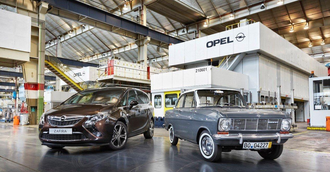 Die letzten Fahrzeuge sind am Freitag, 5. Dezember 2014, im Bochumer Opel-Werk vom Band gerollt. Mit Zafira-Tourer-Kompaktvans endete die Produktion, die in den sechziger Jahren mit dem Kadett A (rechts) begann. Der Zafira Tourer wird im Werk Rüsselsheim weiter produziert.