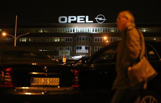 Bei Opel in Bochum gehen die Lichter aus: Ein Opel-Arbeiter geht am 5. Dezember 2014 in Bochum vor dem Werk entlang. Dort wurde in der Nacht das letzte Auto gebaut. Zum Jahresende schließt das Bochumer-Werk.
