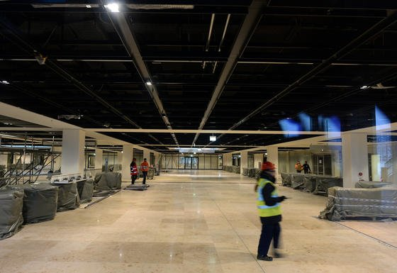 Noch nicht fertiggestelltes Gebäude auf dem Flughafen Berlin-Brandenburg (BER): Flughafenchef Hartmut Mehdorn macht den Eigentümern schwere Vorwürfe und könnte damit seinen Abgang vorbereiten.