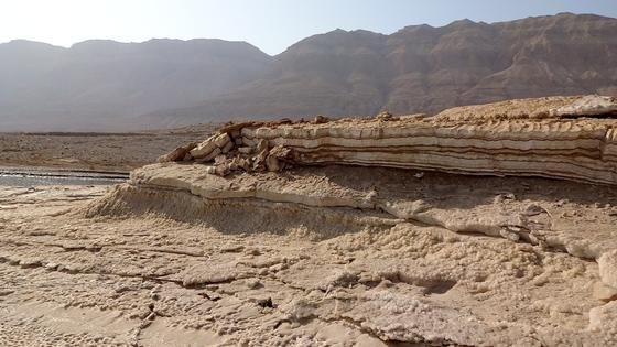 Uferbereich des Toten Meeres auf der israelischen Seite nahe En Gedi: Salzkrusten und Salz-Ton-Wechsellagerungen überziehen die Oberfläche, links im Bild ist das heutige Niveau des Toten Meeres zu sehen.