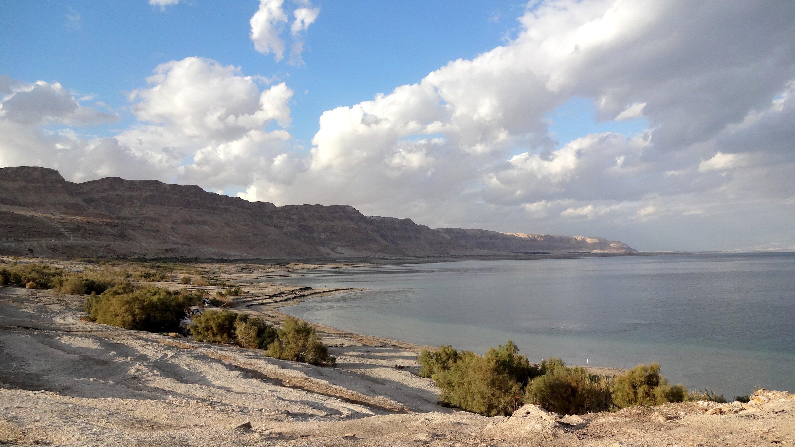 Blick auf das Tote Meer in der Nähe von En Gedi mit dem Judäischen Gebirge im Westjordanland.