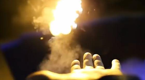 Feuerzauber Pyro: Magier Adam Wilber hat eine Technik entwickelt, mit der sichFeuerbälle aus dem Handgelenk schießen lassen.