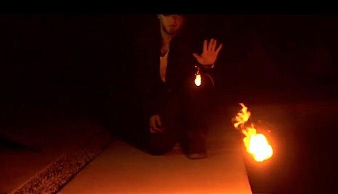 Feuerspuckenende Hand: Im Inneren eines Armbandes befinden sich vier kleine Kammern, die mit Cellulosenitrat, der sogenannten Schießbaumwolle, gefüllt sind.Über zwei Jahre lang hat Adam Wilber an seiner Erfindung Pyro gearbeitet.
