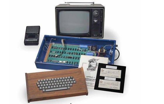 Der komplette Apple 1 vonCharles Ricketts, der den Rechner im Jahr 1976 für 600 US-Dollar von Steve Jobs kaufte, kommt unter den Hammer. Christie's schätzt den Wert auf 400.000 bis 600.000 US-Dollar.