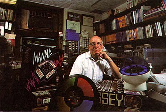 Inmitten seiner Erfindungen: der Ingenieur Ralph H. Baer, Erfinder der Spielekonsole. Im Alter von 92 Jahren ist er jetzt gestorben.