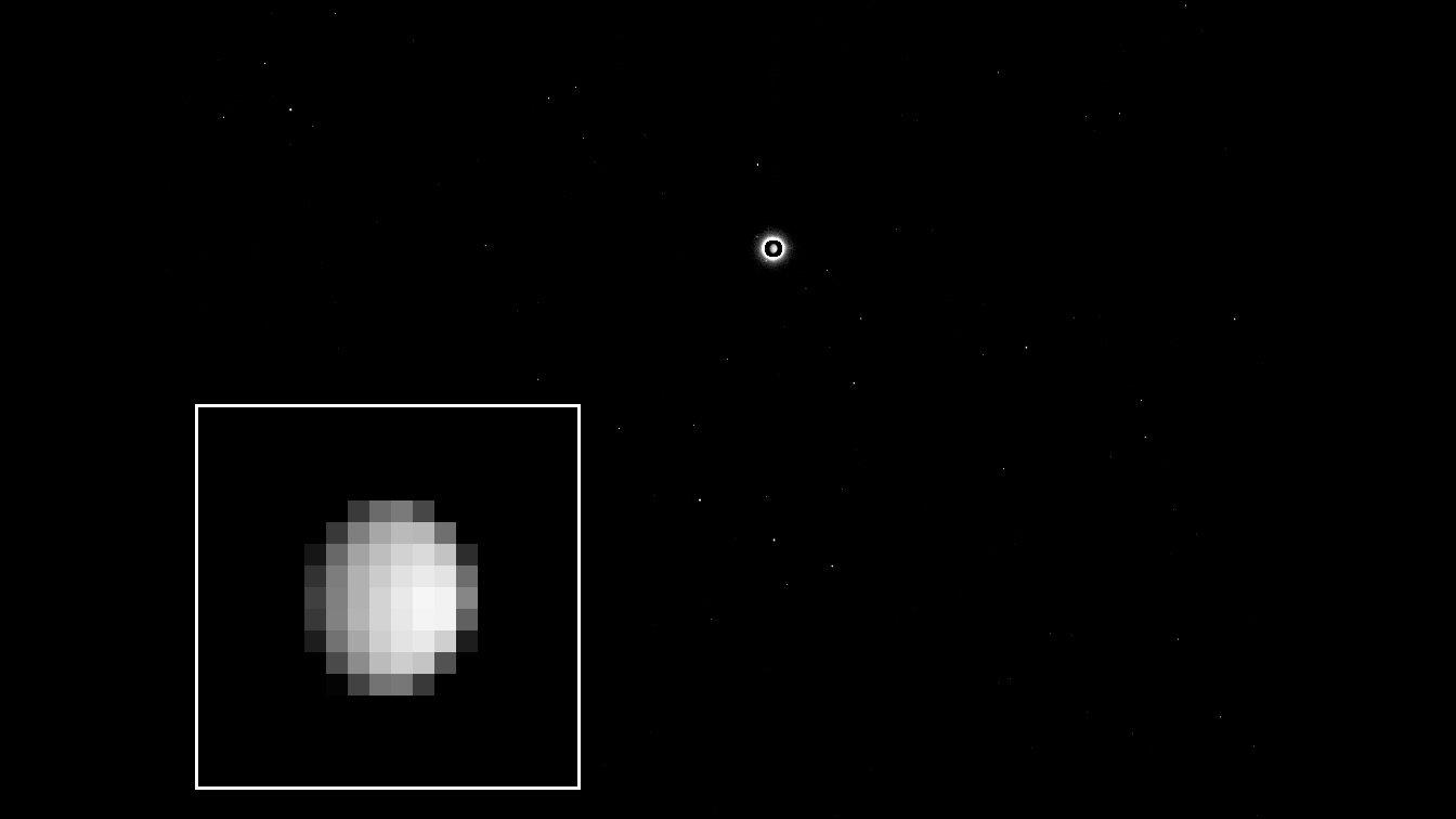 Die Kamera der Dawn-Sonde nahm aus 1,2 Millionen Kilometern ein Bild von Zwergplanet Ceres auf. Auf der Aufnahme vom 1. Dezember 2014 ist der Himmelskörper mit einem Durchmesser von fast 1000 Kilometern nur neun Pixel breit. Das DLR ist an der Kamera beteiligt und erstellt mit den Daten der Mission ein dreidimensionales Geländemodell von Ceres. Auf der Aufnahme ist Ceres der helle Punkt in der Bildmitte. Um die Verfälschung durch die notwendige lange Belichtungszeit auszugleichen, wurde die daraus resultierende falsche Größe des Zwergplaneten auf der Aufnahme korrigiert.