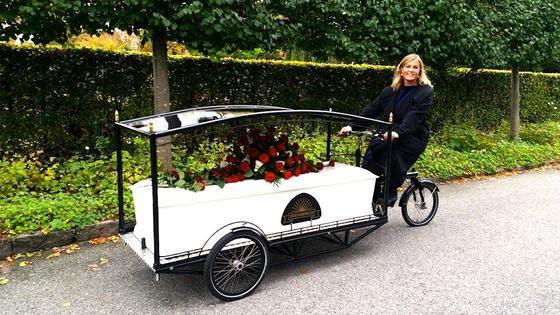 Ein Lastenrad, mit dem man einen Sarg transportieren kann, hat die dänische BestatterinSille Kongstad in Kopenhagen entwickelt.