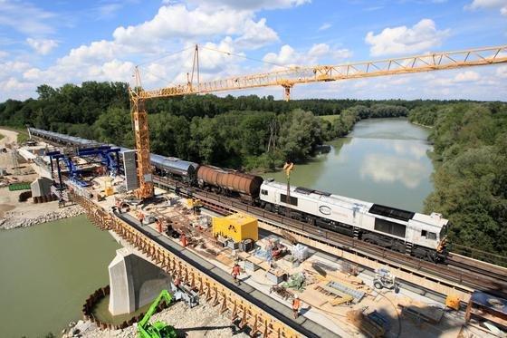 Bau der Innbrücke Ehring mit laufendem Zugverkehr: Die Bahn will in den nächsten Jahren17.000 Kilometer Schienen, 8700 Weichen und rund 875 Brücken sanieren.