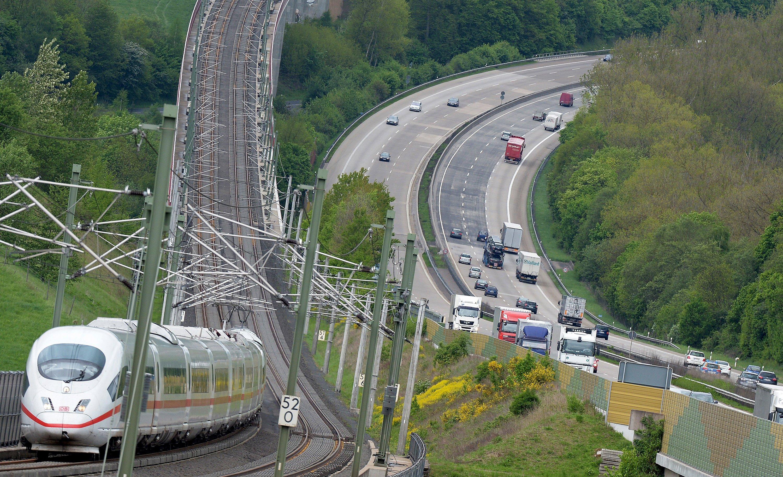 ICE auf der Strecke zwischen Köln und Frankfurt entlang der A3: Der Abschnitt wird nächstes Jahr an vier Wochenende gesperrt, um die Gleise zu sanieren. Zudem will die Bahn 2016 das kostenlose WLAN in den Schnellzügen einführen.