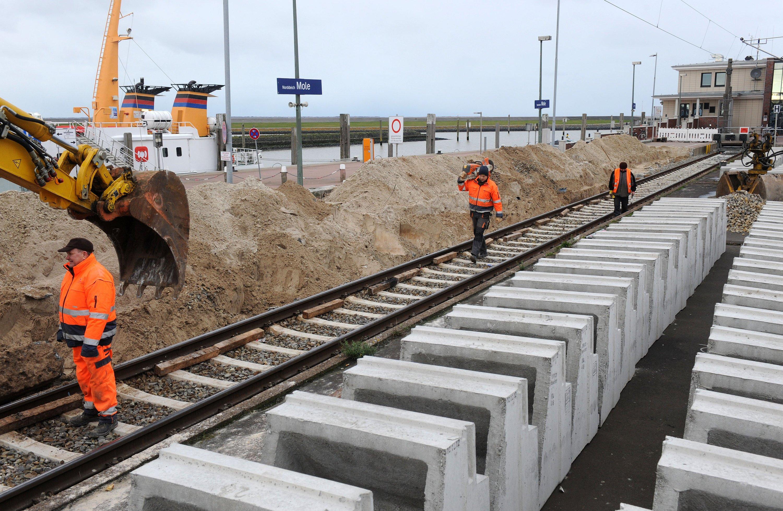 Sanierung des Bahnhofs Norddeich-Mole an der Nordsee:17.000 Kilometer Gleisanlagen will die Bahn in den nächsten vier Jahren sanieren.